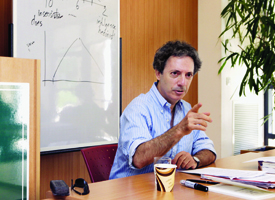 Peter Berkowitz '81, a senior fellow at Stanford University's Hoover Institution, teaches a class.