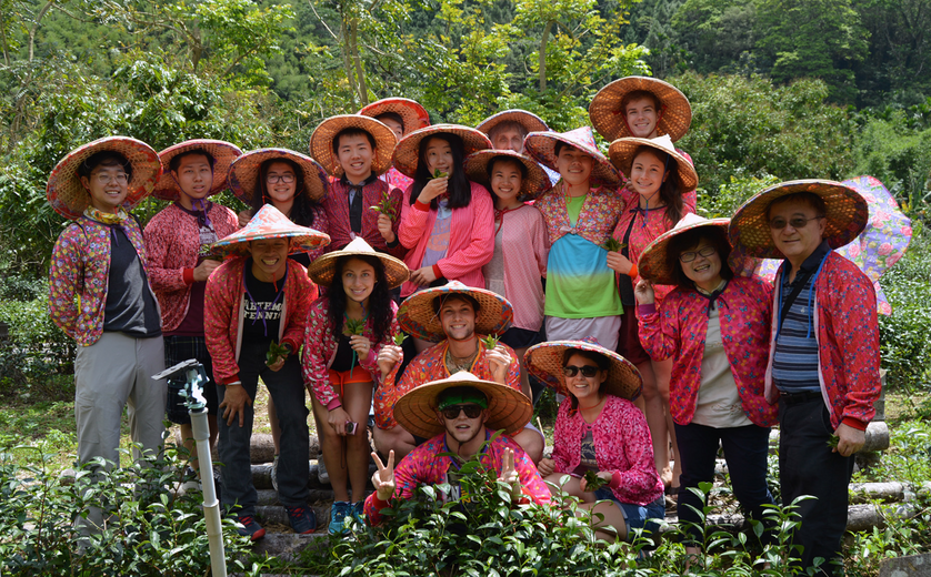Students from the 2015 Swarthmore College LIASE travel course visit a family-run tea farm at Tung-ting Valley.