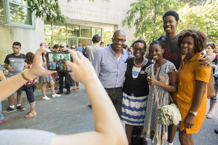 Orientation family session, phototaking with families and President Val Smiht