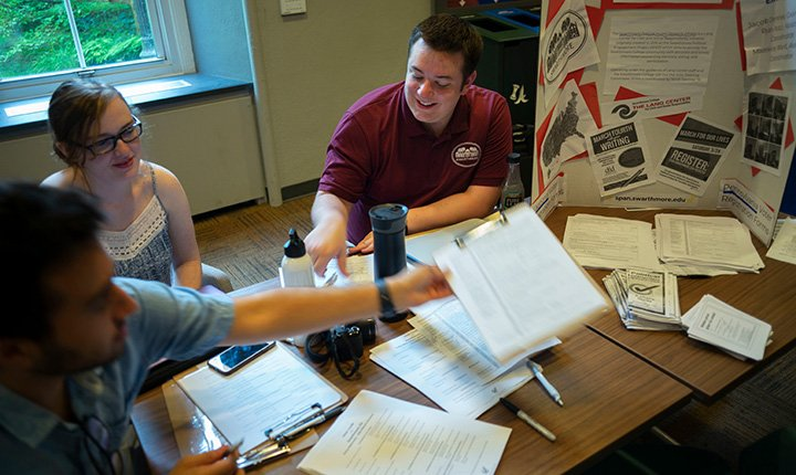 Jacob Demree '19 helps students register to vote