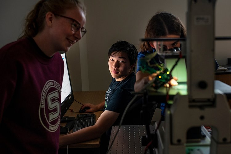 Students use microscope for biological imaging