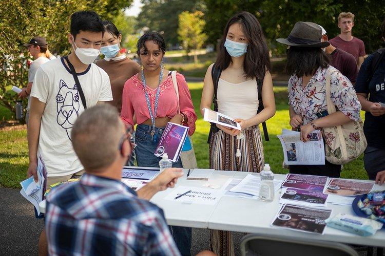 Students receive advice at academic advising fair