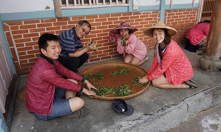 Professor Haili Kong and students learn to make tea