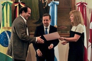 Diego Armus receives an award from Argentina's Ministry of Sciences.