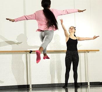 Amelia Estrada '17 instructs a dance student