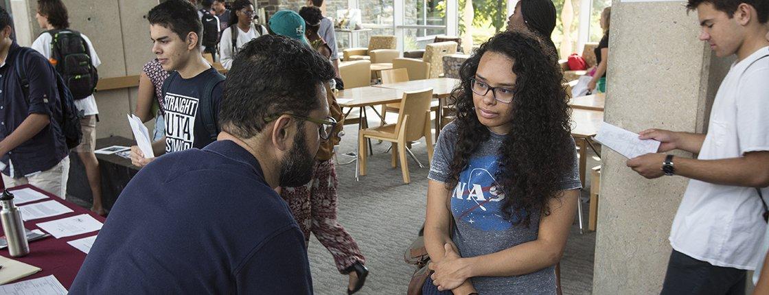 A student at the academic advising fair with Milton Machuga-Gálvez