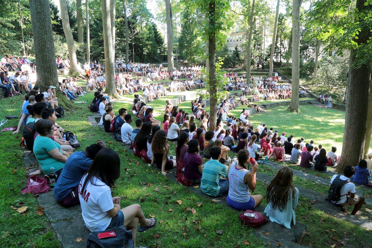 Estudiantes reunidos en el anfiteatro