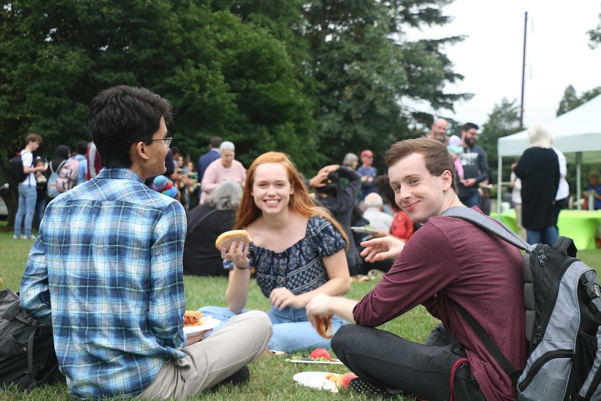 Estudiantes haciendo picnic