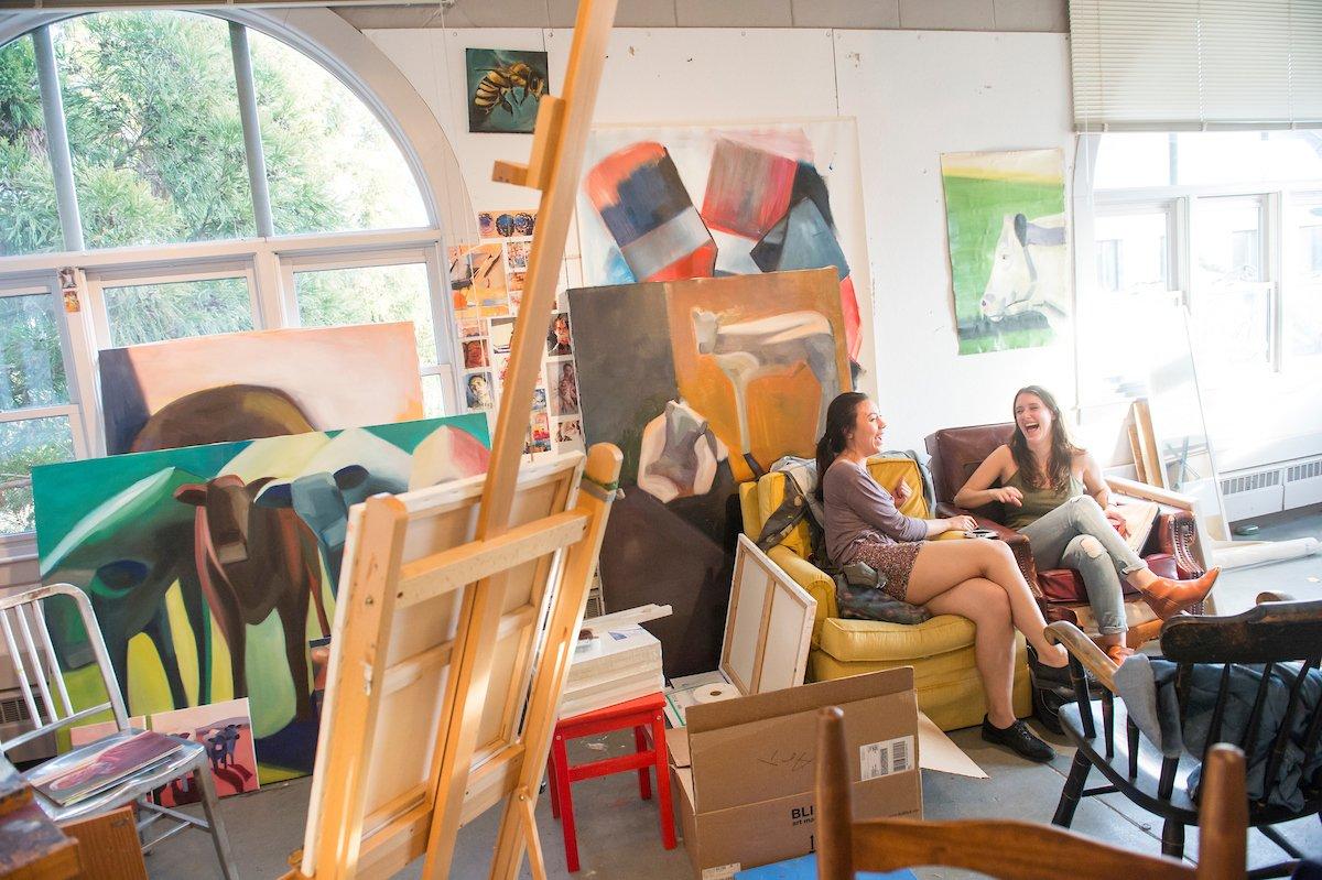 Dos estudiantes sentados en un taller de arte