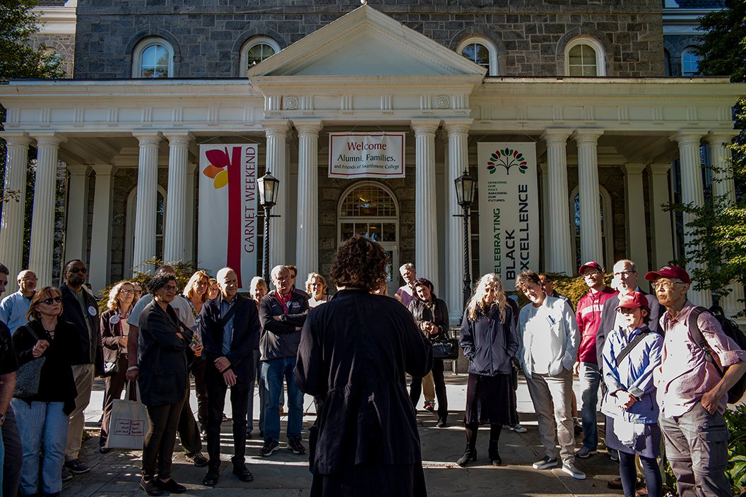 Group gathers in front of Parrish for Garnet weekend