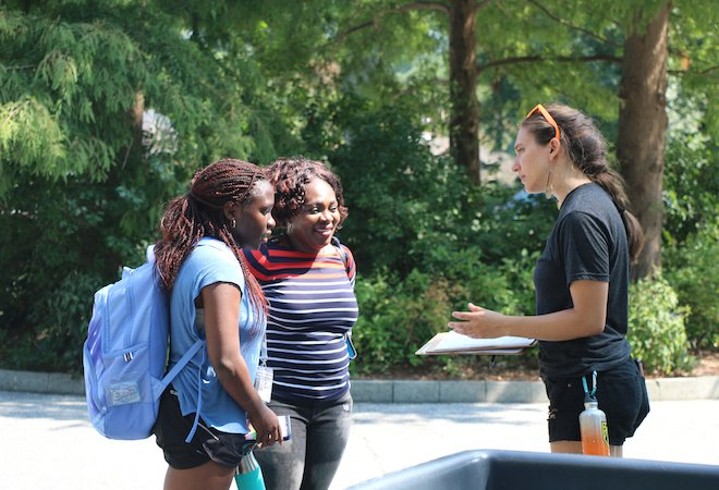 Student registers to vote during move-in day